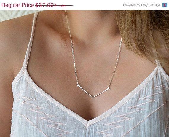 Verkauf zierliche Chevron Halskette, Gold V Bar Halskette, minimalistisch geometrische Schmuck von foressti auf Etsy https://www.etsy.com/de/listing/158850249/verkauf-zierliche-chevron-halskette-gold