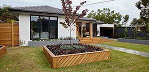 μπροστινή αυλή ανυψωμένο κρεβάτι κήπου ξύλου