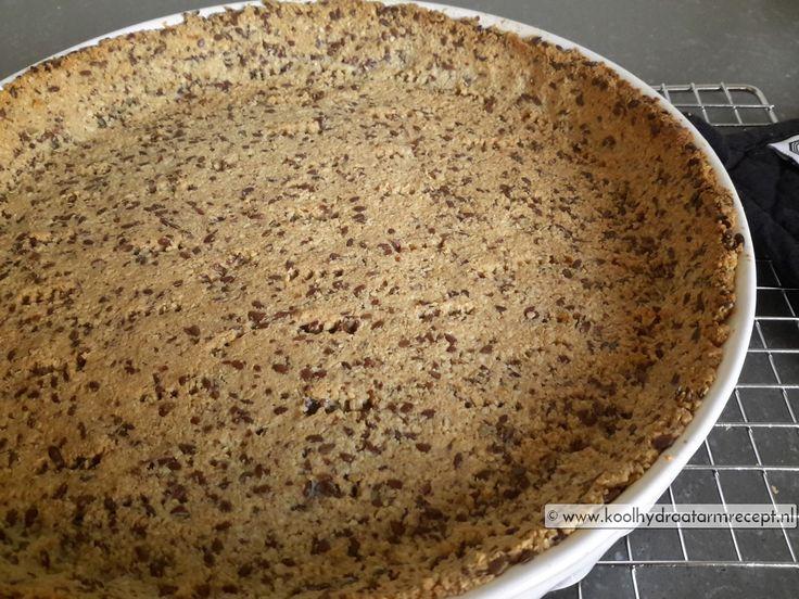 Inmiddels heb ik de nodige ervaring in het bakken met amandelmeel en zo bedacht ik dit recept voor deze heerlijke koolhydraatarme hartige taartbodem.