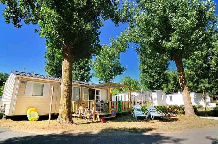 Mobil-home familial, climatisé avec jardin arboré et terrasse en bois ombragée