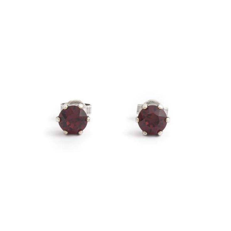 Fonkelende robijn rode oorknopjes met 6 mm Swarovski Elements Crystals vind je bij Aurora Patina, de leukste sieraden webshop van Nederland!