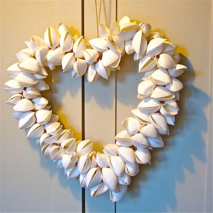 Not big on the heart shaped wreath, but will have to keep this in mind on our Florida trips! Great thing to do with all those shells!!