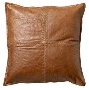 Pute i vakkert konjakkfagret skinn. 45 x 45 cm, bakside i tekstil, med innerpute. Fra Bloomingville.