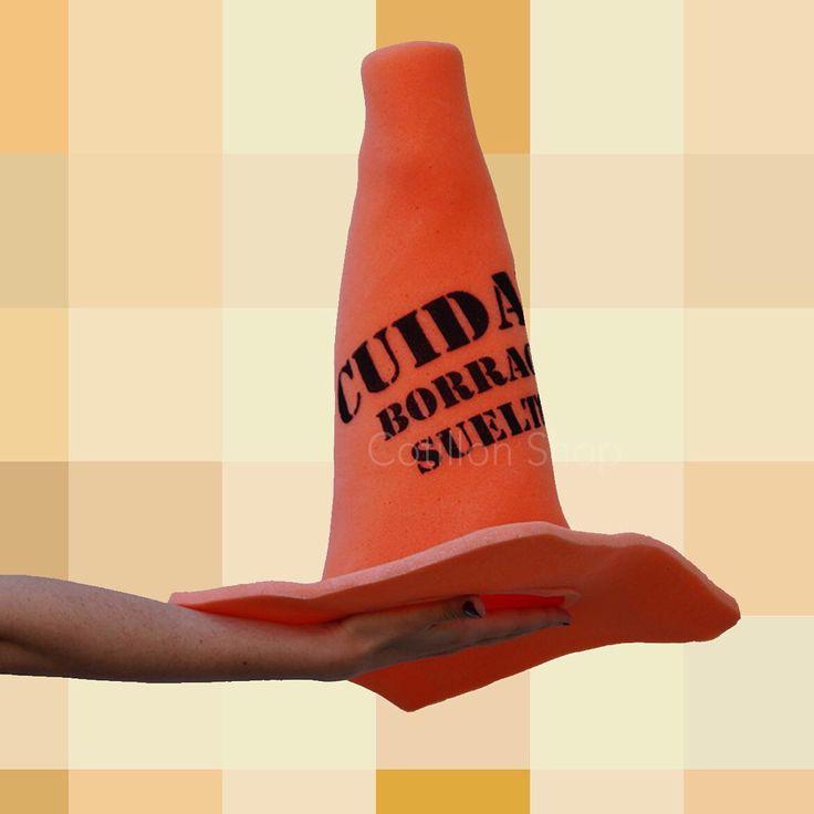 """Sombrero de gomaespuma: Cono """"cuidado borracho suelto"""""""
