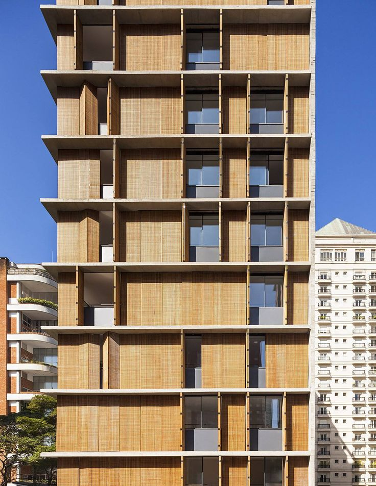 Vitacon Itaim by Studio MK27 / 巴西 São Paulo 包含 10 間公寓的小型建築,外觀以混凝土與中東風木格子面板構成,木格子面板可隨住戶的喜好移動,以調節光線與室內通風。