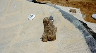 6th step – Placement of the intermediate structural net Once the first layer of granulated stone has dried, a second structural net is laid for the consolidation of the final layer.