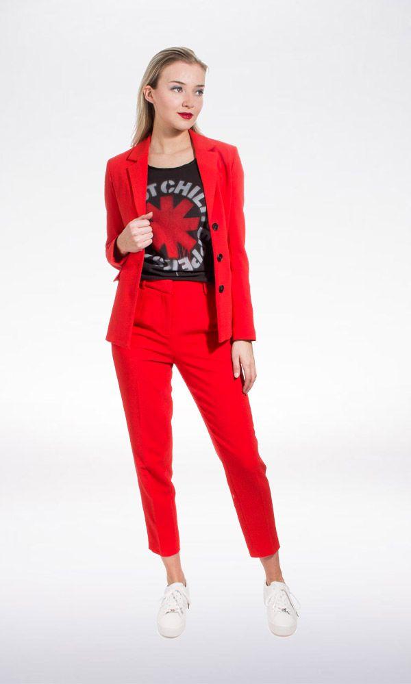 Ook het komend seizoen is rood helemaal hot! Ga voor stijlvol in dit mooie rode pak van Selected en maak je outfit lekker stoer met een statement shirt en sneakers.