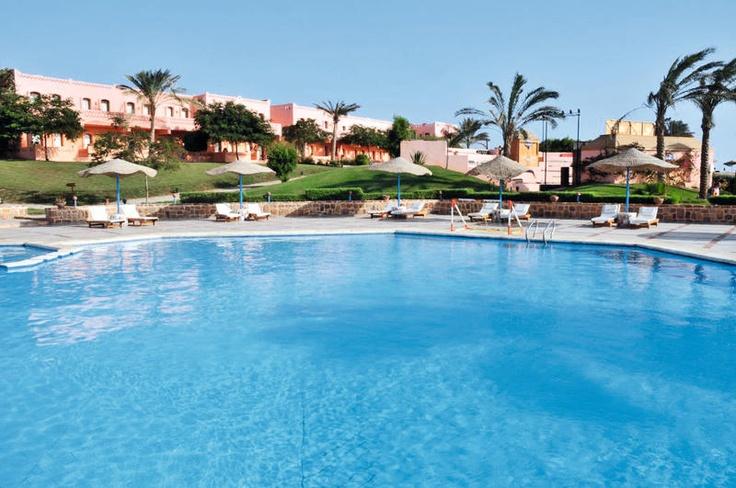 Hotel Resta Reef is een sfeervol 4* hotel, omgeven door een verzorgde tuin en ligt direct aan een mooi strand. Dit resort bestaat uit hoofdgebouw en diverse bijgebouwen waar zich de kamers bevinden.     In de tuin van het zwembad liggen 2 zwembaden, waarvan 1 verwarmbaar. Tegen betaling kunt u heerlijk ontspannen in het wellnesscenter met stoombad, jacuzzi, sauna, massage en diverse schoonheidsbehandelingen.