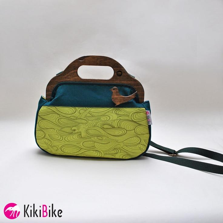 Rámová kabelka...Zelené ptačí nebe Kabelka je ušitá zkrásné zahraniční bavlny v kombinaci s pevným bavlněným materiálem. Kabelka skvěle drží tvar, je zdobená ptačí broží. Vnitřek tašky je doplněný malou kapsičkou. Kabelka je do rámu ručně našívaná.  Magnetické rámy jsou vyrobené podlevlastního nápadu. Jsou propracované do posledních detailů, dokonale ...