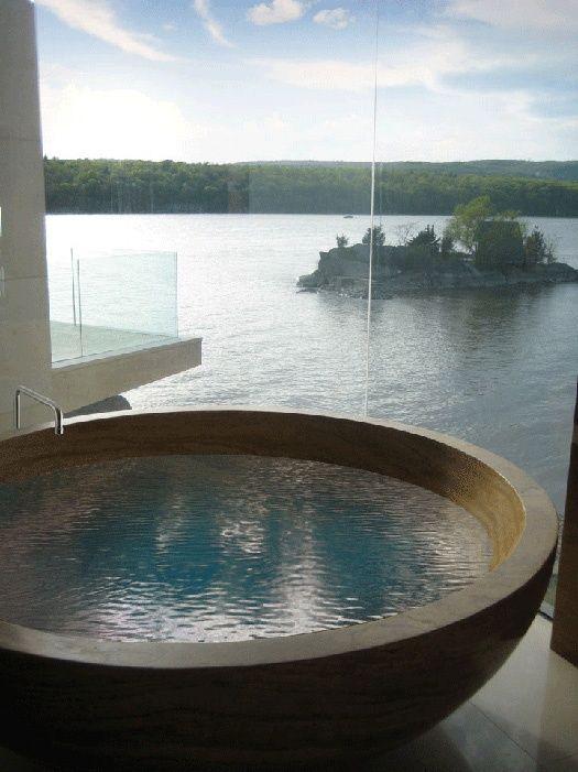Une belle baignoire toute ronde, avec une belle vue sur la mer(?) ... I want it ! (avec la maison au bord de l'eau aussi !)