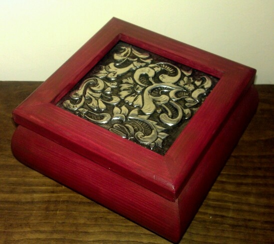 Caja con repujado ideas para manualidades pinterest - Manualidades pintar caja metal ...