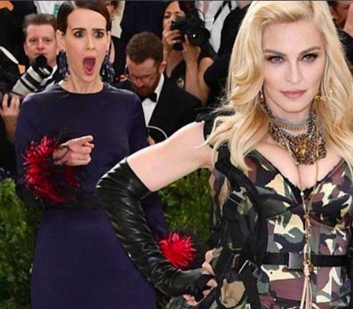 Madonna sfoggia un look alquanto imbarazzate sul red carpet dei Met Gala e Sarah Paulson ha una reazione epica. La foto delle due donne diventa virale!