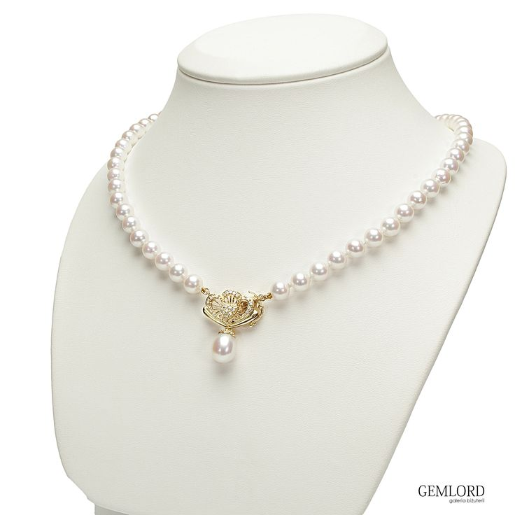Kolia z białymi perłami Akoya najwyższej klasy. Zapięcie wykonane jest z żółtego złota, zdobione diamentami. Idealna na wyjątkowe okazje lub do pracy dla eleganckiej businesswoman. #perła #pearl #pearls #perły #biżuteria #jewellery #naszyjnik #akoya #złoto #gold