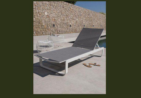 Des lignes simples et élégantes pour ce bain de soleil en aluminium finition époxy et toile 70 % PVC 30% polyester. L 198 x 69 cm. 299 €. Bain de soleil Bellco. Blooma chez Castorama.