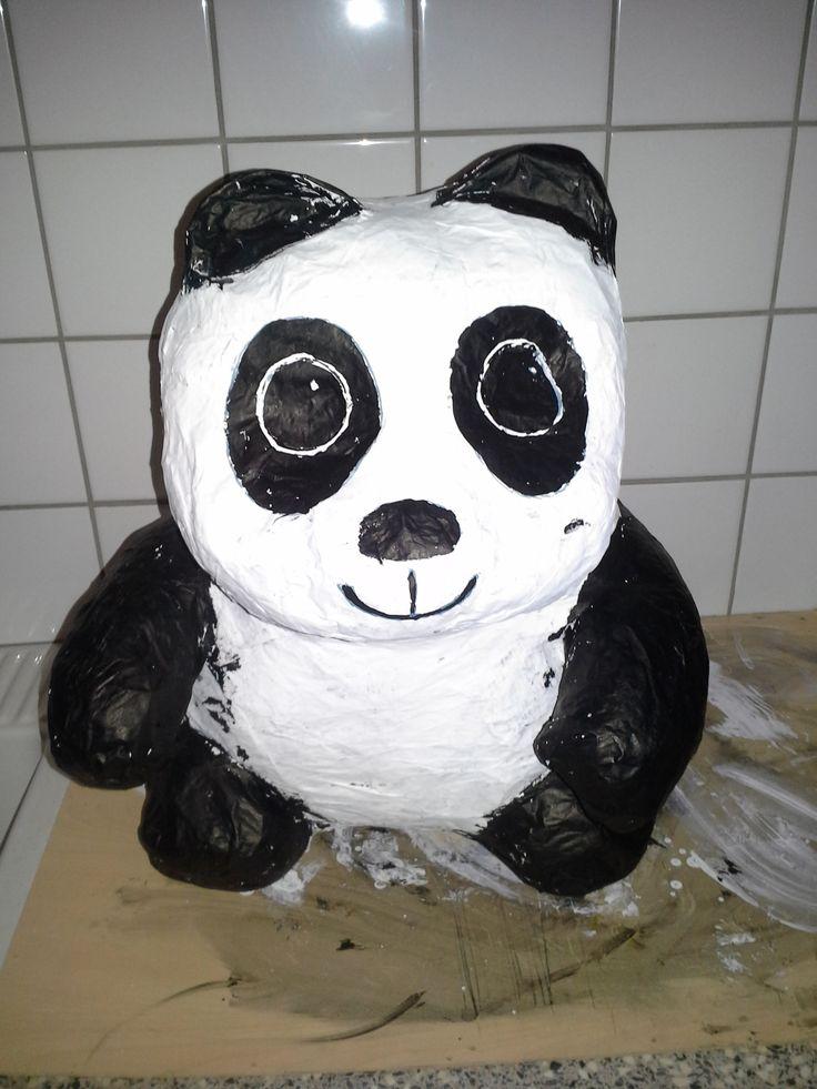 Sint suprise. Panda beer gemaakt van papier mache