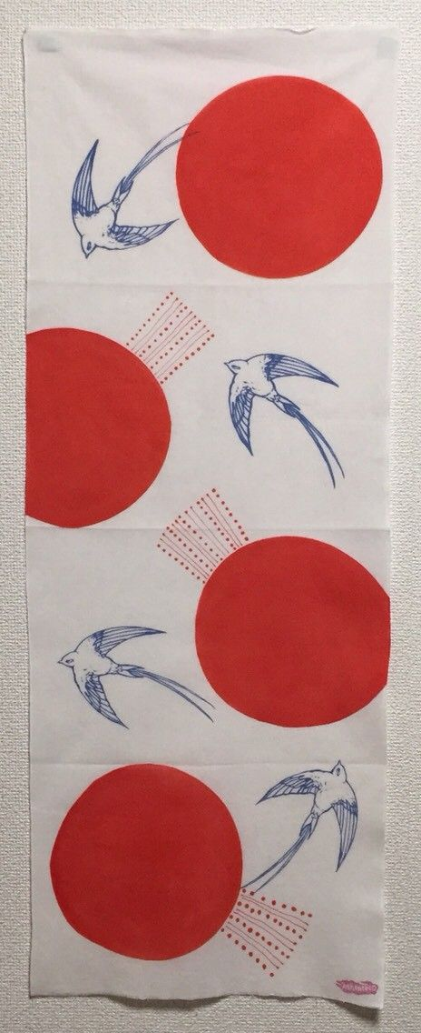 ツバメと太陽をイメージした丸を柄にした手ぬぐいです。ツバメはシルクスクリーン捺染、丸は刷毛染め、ドットと線の模様は筒描きで染めています。柄にはツル、ワシ、タカ... ハンドメイド、手作り、手仕事品の通販・販売・購入ならCreema。