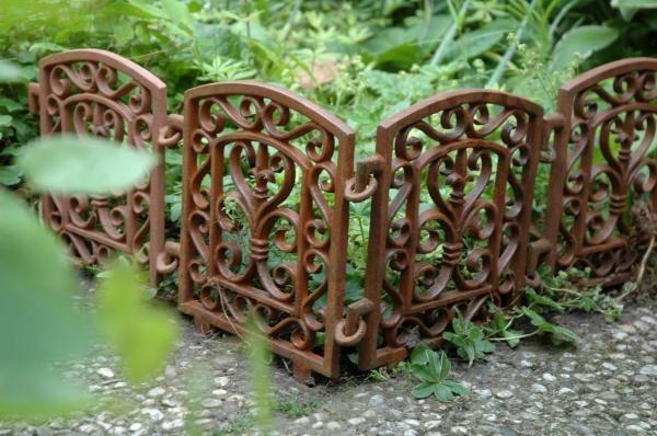 Öntöttvas ágyásszegély, kerti kerítés klasszikus mintával.