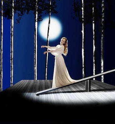 Ария Амины Ah! non credea mirarti для сопрано. Ария из оперы Беллини Сомнамбула о юной девушке, страдающей лунатизмом. Прекрасная Амина вся в белом звездной ночью при свете луны ступает по хрупкой