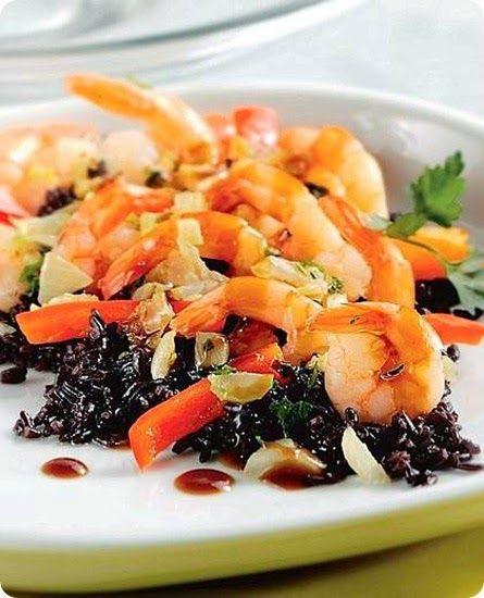 Riso alla cajun    Ingredienti: per 6 persone      500 g di riso Venere già cotto (sostituibile con riso parboiled)     4 cucchiai di brodo di gamberetti     500 g di gamberi surgelati, con il loro liquido     1/2 tazza di olio di semi di arachide     1/2 tazza di farina     1 cipolla grossa     1 costola di sedano     3 spicchi d'aglio     2 peperoni rossi     2 scalogni     1 cucchiaio di succo di limone     1 cucchiaio di prezzemolo tritato     1 ciuffo di prezzemolo