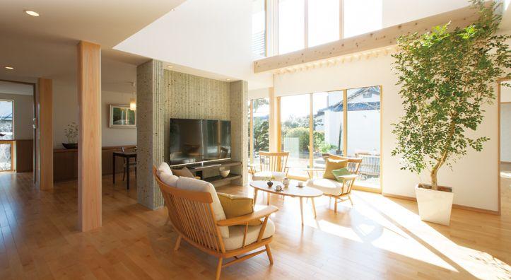 大谷石(おおやいし・栃木県産)のテレビボードが、リビングとダイニングを優しく間仕切ります。|インテリア|ナチュラル|和モダン|コーディネート|デザイン|おしゃれ|吹き抜け|飾り棚|