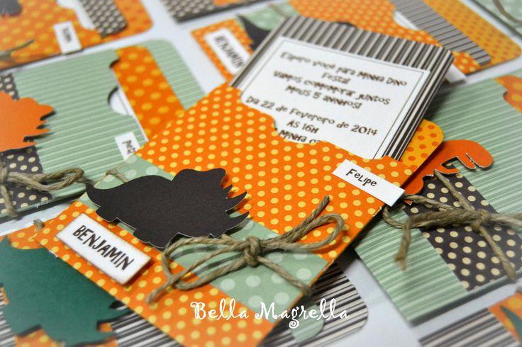 Lindos convites para festa de dinossauros!!! <br> <br>Envelope decorado com um modelo de dinossauro em relevo e laço de cordão rústico. <br> <br>AS informacões vão no cartão interno. Acompanha nome do convidado e nome do aniversariante em destaque! <br> <br>Um charme de convite!
