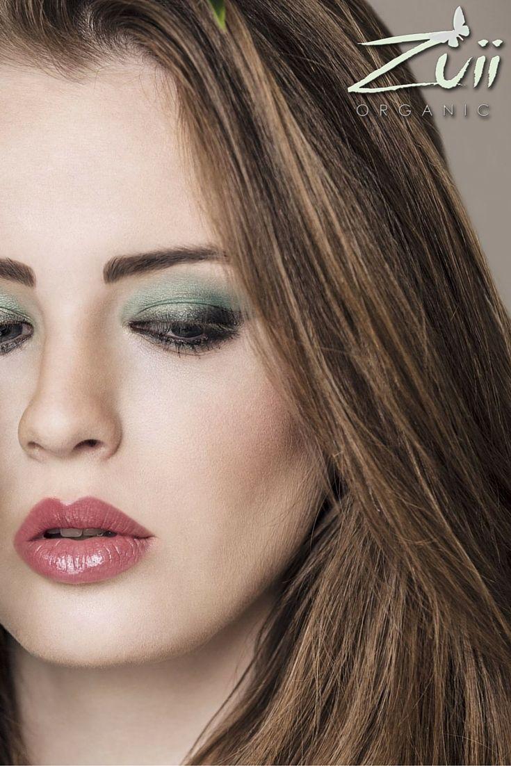 Wieczorowy makijaż w odcieniach zieleni. Lato kipi soczystą zielenią. Nasza propozycja makijażu na wieczór - również kusi tajemniczymi odcieniami zieleni. Jeśli jeszcze do tej pory nie przekonaliście się lub nie mieliście odwagi do tego koloru - teraz na pewno zmienicie zdanie!