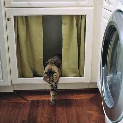 Quita la puerta de un gabinete y coloca una cortina con una varilla de tensión para ocultar una caja de arena-trucos para hacer mas fácil las vida de cualquier dueño de un gato