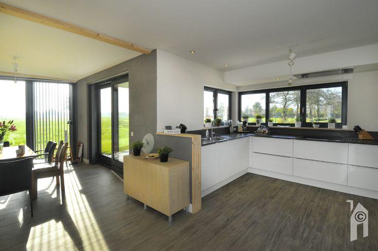 Ook in de keuken zijn veel ramen.