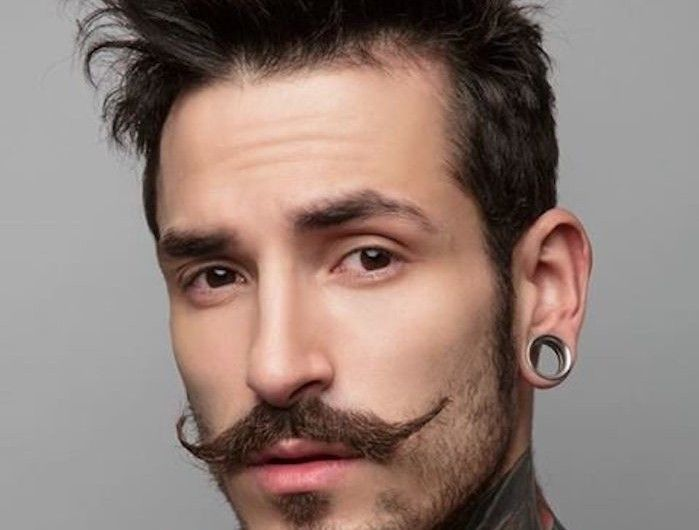 tailler sa barbe longue moustache année 20 collier homme hipster cire