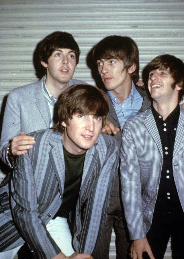 John Lennon y el resto del grupo al que perteneció mucho tiempo, The Beatles Besar