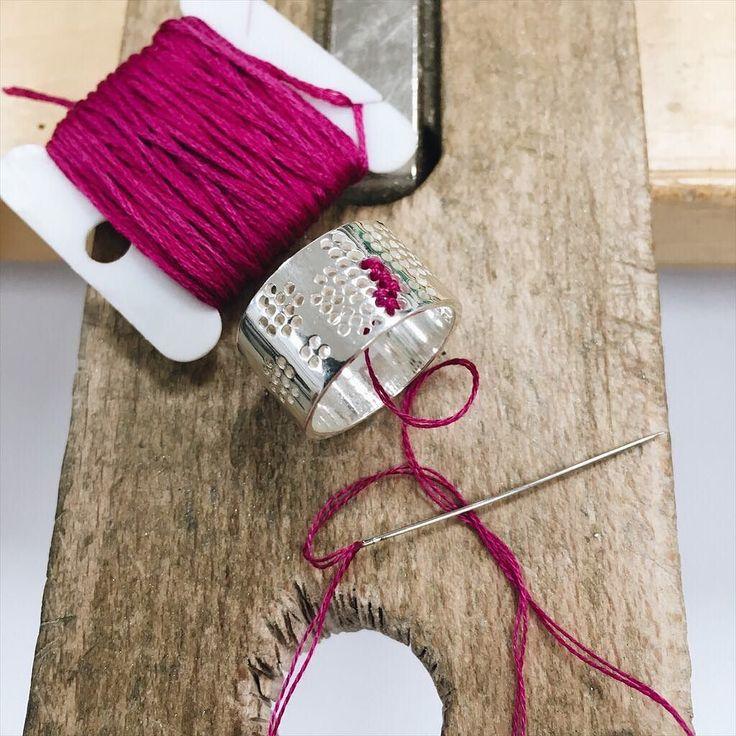 Nieuwe ringen borduren voor de VT wonen&design beurs  Embroidering new rings for the next upcoming event VT wonen&design fair. #borduren #ring #zilver #sieraden #geborduurdesieraden #sieradenwebshop #corinarietveld #jewelry #instajewelry #handmade #jewelrydesign #embroidery #silver #pink #workbench #werkplek