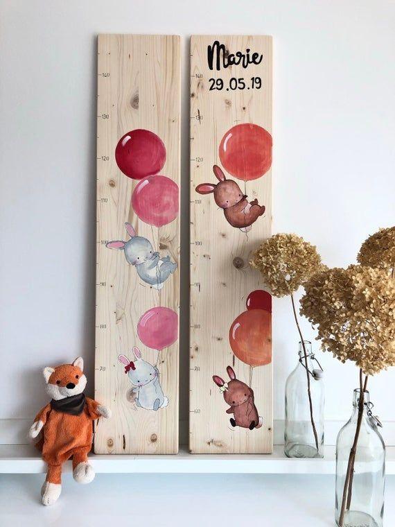 Personalisierte Bar mit fliegenden Hasen als Geschenk zum Geburtstag. Taufe   – Kindermesslatte