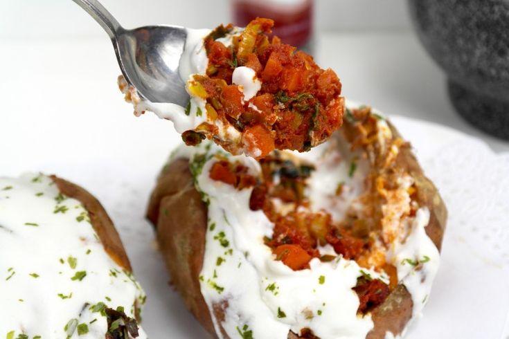 Zoete aardappel met zachte geitenkaas gevuld......Deze aardappel kun je in 10 minuten helemaal gaar krijgen in de magnetron. Prik er enkele gaatjes in en je voelt dat hij zacht is ondanks het formaat van de aardappelen en ze zijn heerlijk.