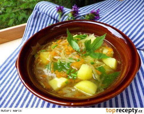 Letní lehká polévka z brambor, kedlubny a mrkve
