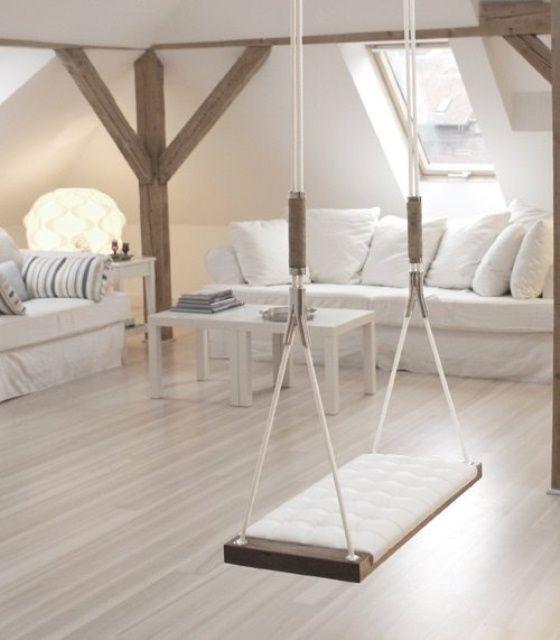 Sala branca e clean com vigas aparentes de madeira ganhou trapézio