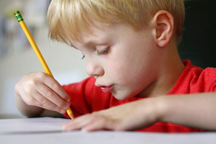 """Prvá trieda? Pre niekoho radosť, pre niekoho stres. Veľa rodičov prežíva v prvých mesiacoch prvej triedy svojho dieťatka mierny stres z toho, aké rýchle je tempo v škole, ako """"pomaly"""" ich dieťa ovláda svoju ruku, ceruzku. Čo je teda u prváka normálne a ako môžete svojmu prváčikovi pomôcť ak má nejaký problém?"""