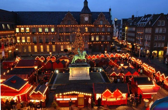 view_Düsseldorfer_Weihnachtsmarkt-Marktplatz_von_oben.jpg (700×458)