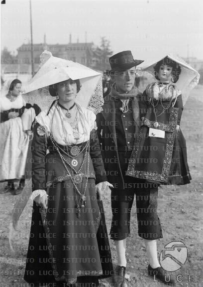 Corteo di costumi popolari italiani alle nozze di Umberto e Maria José. Coppia di Bojano nel Molise