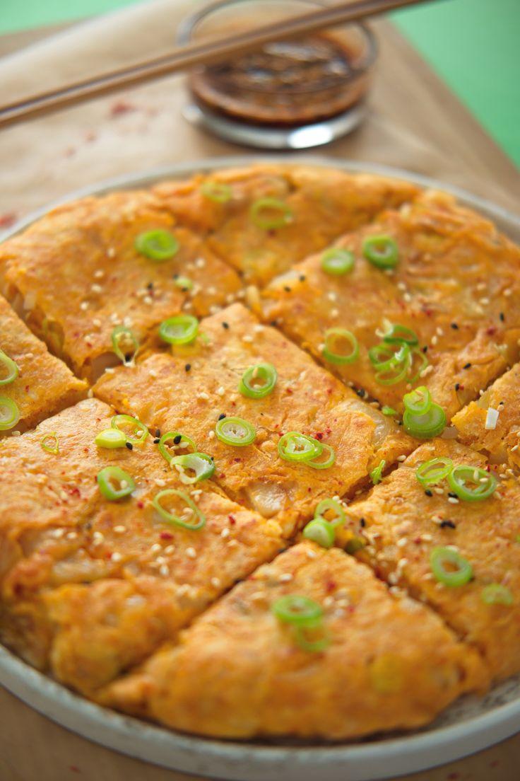 En koreansk pannekakefest på rest Tar du langhelg og har rester i kjøleskapet du vil bli kvitt? Hiv restene i en kjapp, koreansk pannekake! Denne pannekaken er laget på få minutter og smaker supert som middag og snacks. http://www.gastrogal.no/koreansk-pannekake-kimchijeon/ #Bakfyll, #Egg, #Kimchi, #Koreansk, #Mel, #Omelett, #Pannekake, #Restemat, #Siderett, #Vårløk, #Vegetarisk