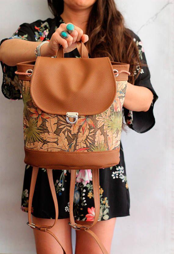 Bucket backpack in sughero e vegan leather. Zaino in ecopelle marrone e sughero con stampa tropicale. Coulisse e bottone a cartella. Vegan