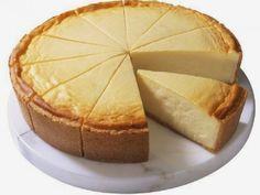 Tarta de Queso Alemana / Masa para la base:  - 250 gramos de harina - 60 gramos de azúcar  - 125 gramos de Margarina  - 1 Huevo   Masa de Relleno:  - 3 botes (750 gramos) de Quark (Queso fresco) - Ralladura de limón o lima  - 6 yemas de huevo  - 6 claras de huevo montada a punto de nieve - 6 cucharadas de azúcar - Pasas de Corinto según gusto