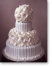 В прошлом сезоне (2012 год) западные кондитерские часто использовали круглый цветочный ярус;) у нас такого торта я пока не видела:) отстаем...