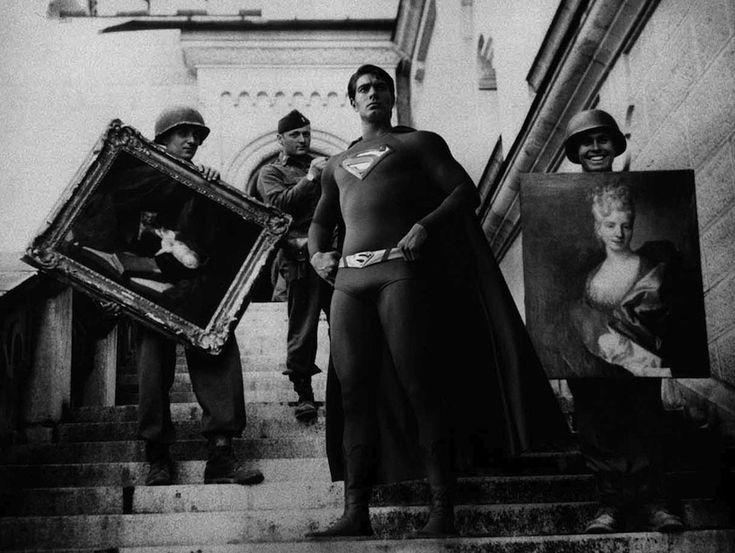 Neuschwanstein, 1945    Soldati del settimo reggimento degli Stati Uniti portano fuori dal castello di Meunschwanstein opere d'arte che erano state prese dai nazisti durante la seconda guerra mondiale  Super Hero © Agan Harahap