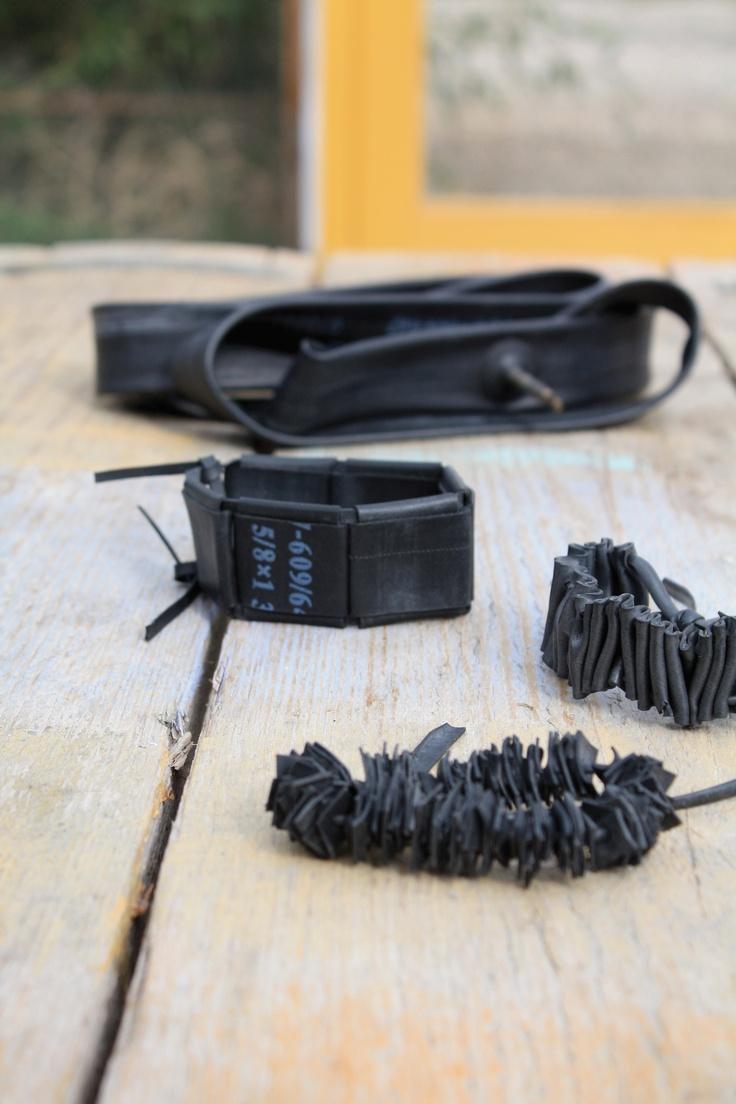 Van de binnenband van een fiets kun je allerlei leuke armbanden maken. Zie www.creatiefhergebruik.nl