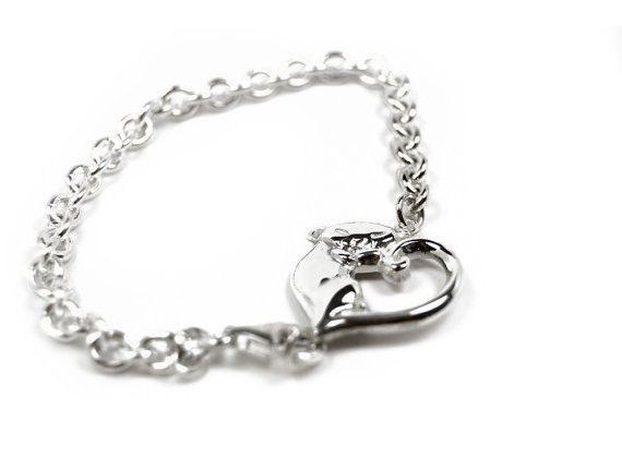 Handmade silver bracelet in the shape of a cat forming a heart. Parts of the income goes directly to selected shelters for homeless cats.   Size of the cat: 22 x 22 mm Weight of the cat: 5 grams