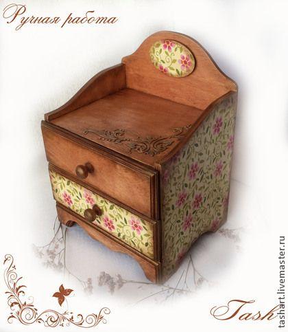 Мини-комод `Настроение`. Мини-комод декорирован в технике декупаж. Можно использовать для хранения украшений, косметики или других милых сердцу вещиц. Отличный подарок для женщины!