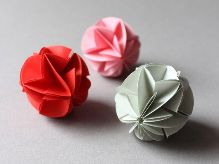 On peut faire une jolie déco soi-même avec les #origami. Perihan du blog Ludorn a succombé au charme de cette technique de #pliage et vous montre dans ce tutoriel comment faire soi-même et très facilement de jolies boules en #papier