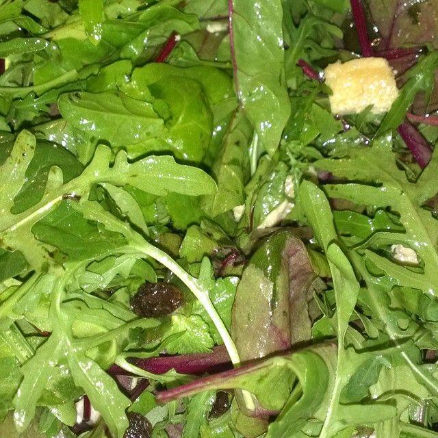 Insalatona per pranzo di oggi: spinaci freschi, rucola, petto di pollo e uva passa