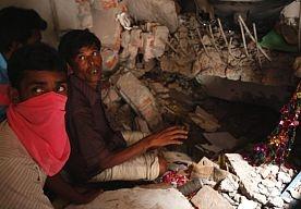 25-Apr-2013 14:51 - DODENTAL BANGLADESH BOVEN 200. Het dodental na het instorten van een groot gebouw met onder meer kledingfabrieken in Bangladesh is opgelopen tot ruim 200. Dat heeft de politie vandaag bekendgemaakt. De zoektocht naar overlevenden is een dag na het instorten van het gebouw nog in volle gang. Volgens plaatselijke media klinkt nog altijd hulpgeroep uit de puinhopen. Reddingswerkers moeten zeer voorzichtig te werk gaan, omdat slachtoffers bekneld zitten. ...