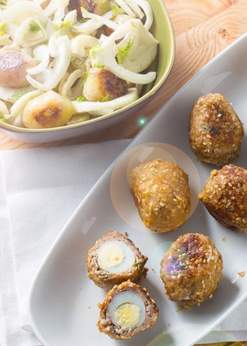 Ovos escondidos com salada de batata e funcho